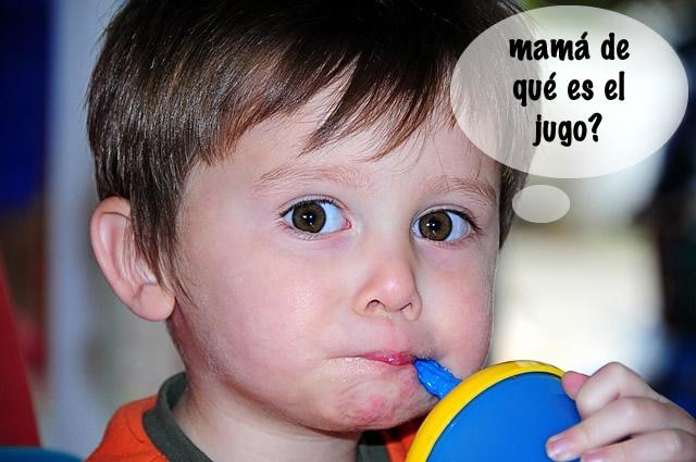 Niño tomando jugo