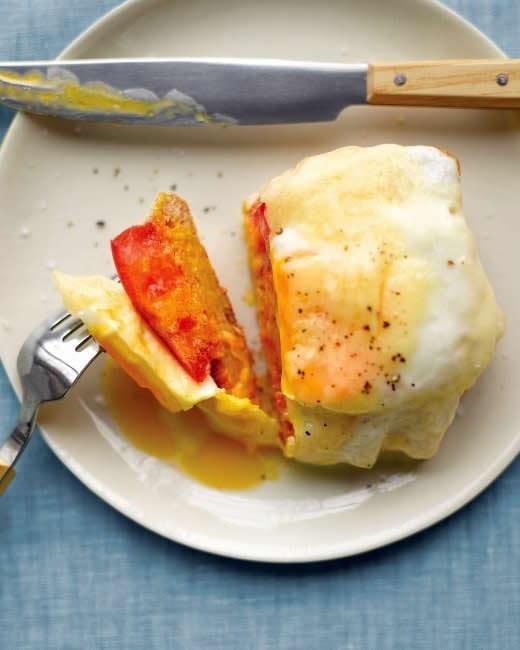 Sandwich abierto de tostadas tomate y huevo para niños